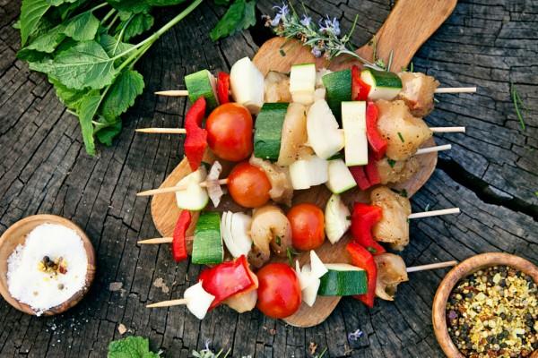Vartaat grillissä: rentoa ruokaa kesäjuhliin