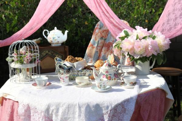 Romanttiset teekutsut puutarhassa